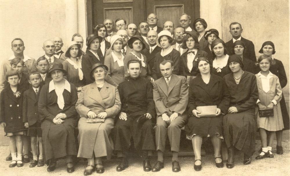 Pěvecký sbor obce s duchovním Čiklem a sbormistrem Šmídem